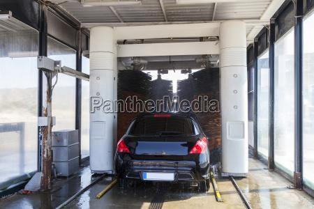 coche lavado en una estacion de