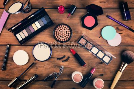 cosmeticos de maquillaje sobre fondo de
