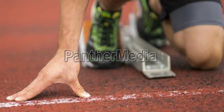 mano detalle pie atletismo comienzo