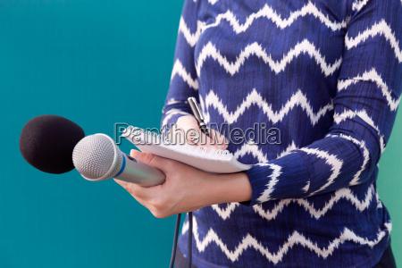 periodista femenina en conferencia de prensa