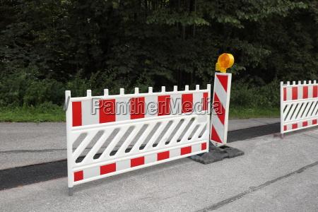 peligro riesgo trafico iluminado asfalto reparacion