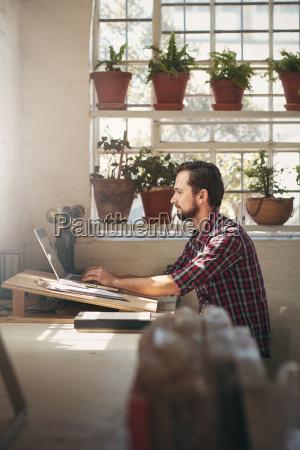 emprendedor trabajando en un espacio de