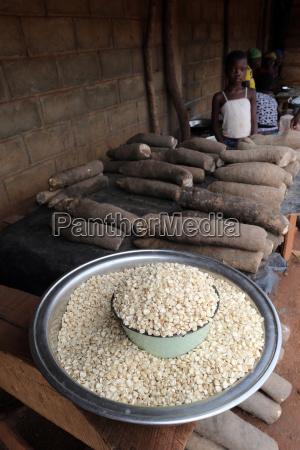 maiz y yuca en un mercado