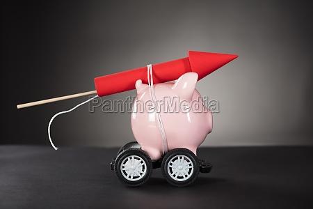 cohetes firework atado con piggy bank