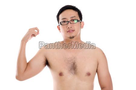 hombre asiatico mostrando musculo