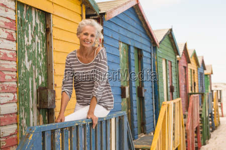 retrato sonriente mujer sentada en la