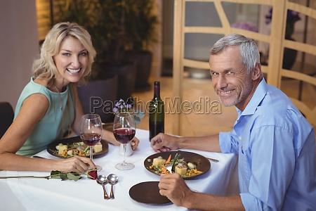 retrato de pareja madura cenando y