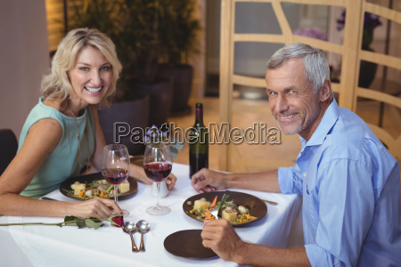 mujer restaurante vidrio vaso risilla sonrisas