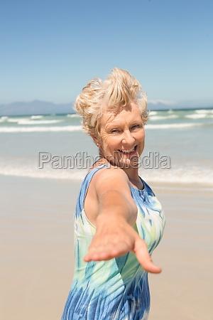 retrato de la mujer mayor alegre