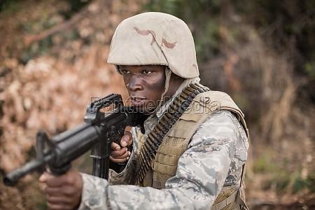 soldados militares durante el entrenamiento con