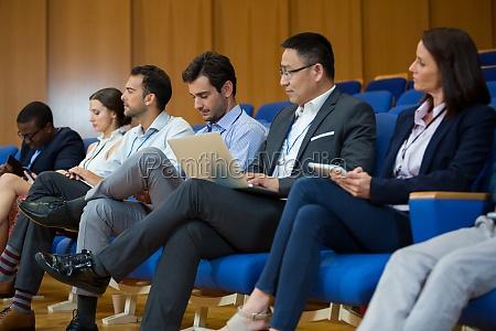 ejecutivos de negocios que participan en