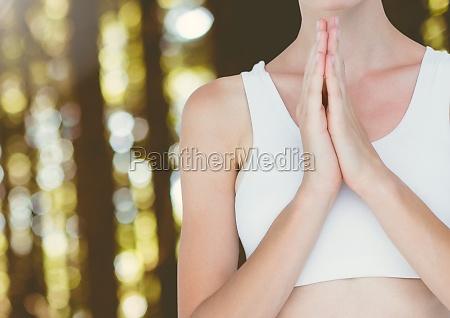 mujer meditacion yoga pacifica orando en