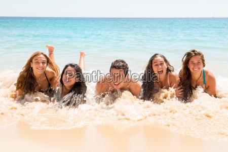 gente divirtiendose en el mar