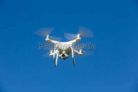 el dron vuela en el cielo