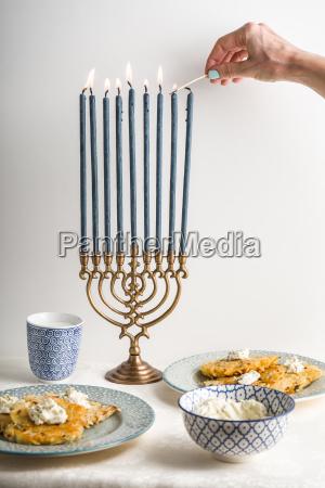 hanukkah con velas platos mantequilla en