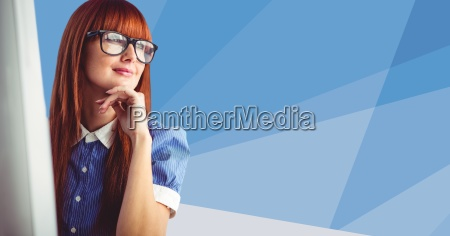 mujer oficina risilla sonrisas carrera escritorio