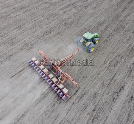 siembra de maiz tractor con un