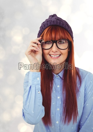 retrato de feliz pelirroja femenina hipster