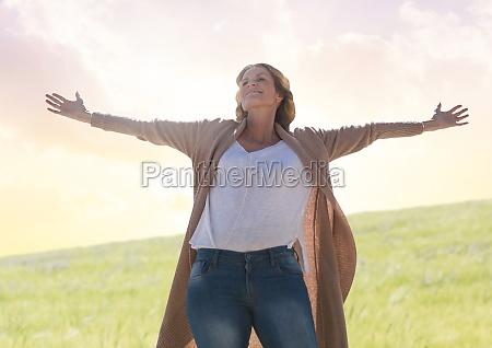 mujer practicando mindfulness casual frente al