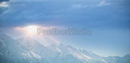 cordillera nevada contra el cielo azul