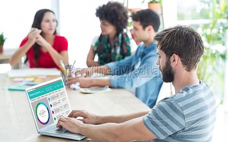 mujer banco oficina carrera teclado pc