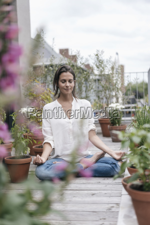 mujer sentada en el balcon practicando