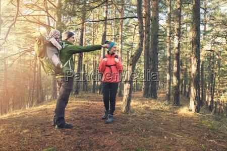 familia, joven, en, el, bosque, caminata - 23431391
