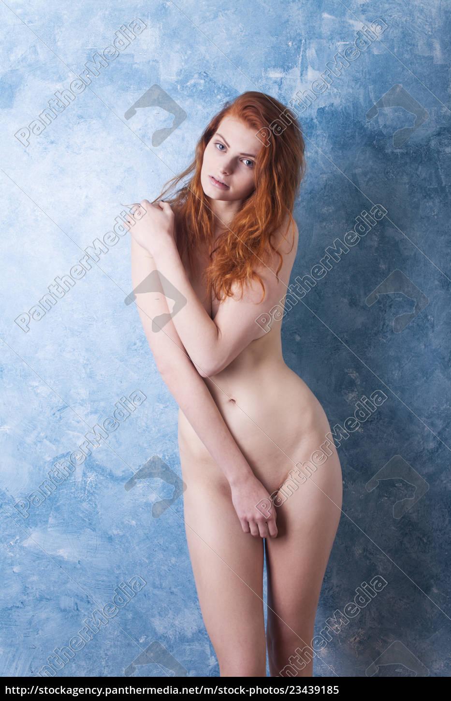 Royalty Free Imágen 23439185 Mujer Pelirroja Desnuda Con Una Pared Azul