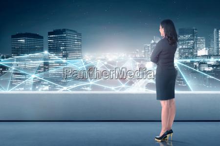 hermosa mujer asiatica de negocios mirando