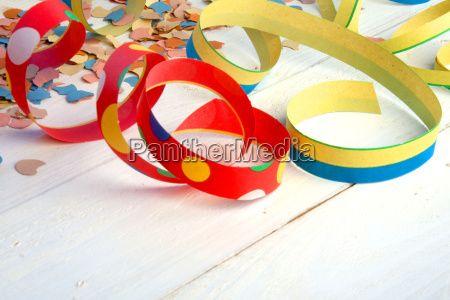 serpentines y confeti coloridos en madera