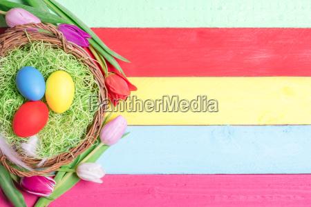huevos pintados en una cesta y