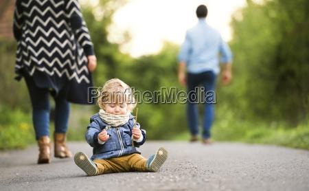 padres dejando a little boy en