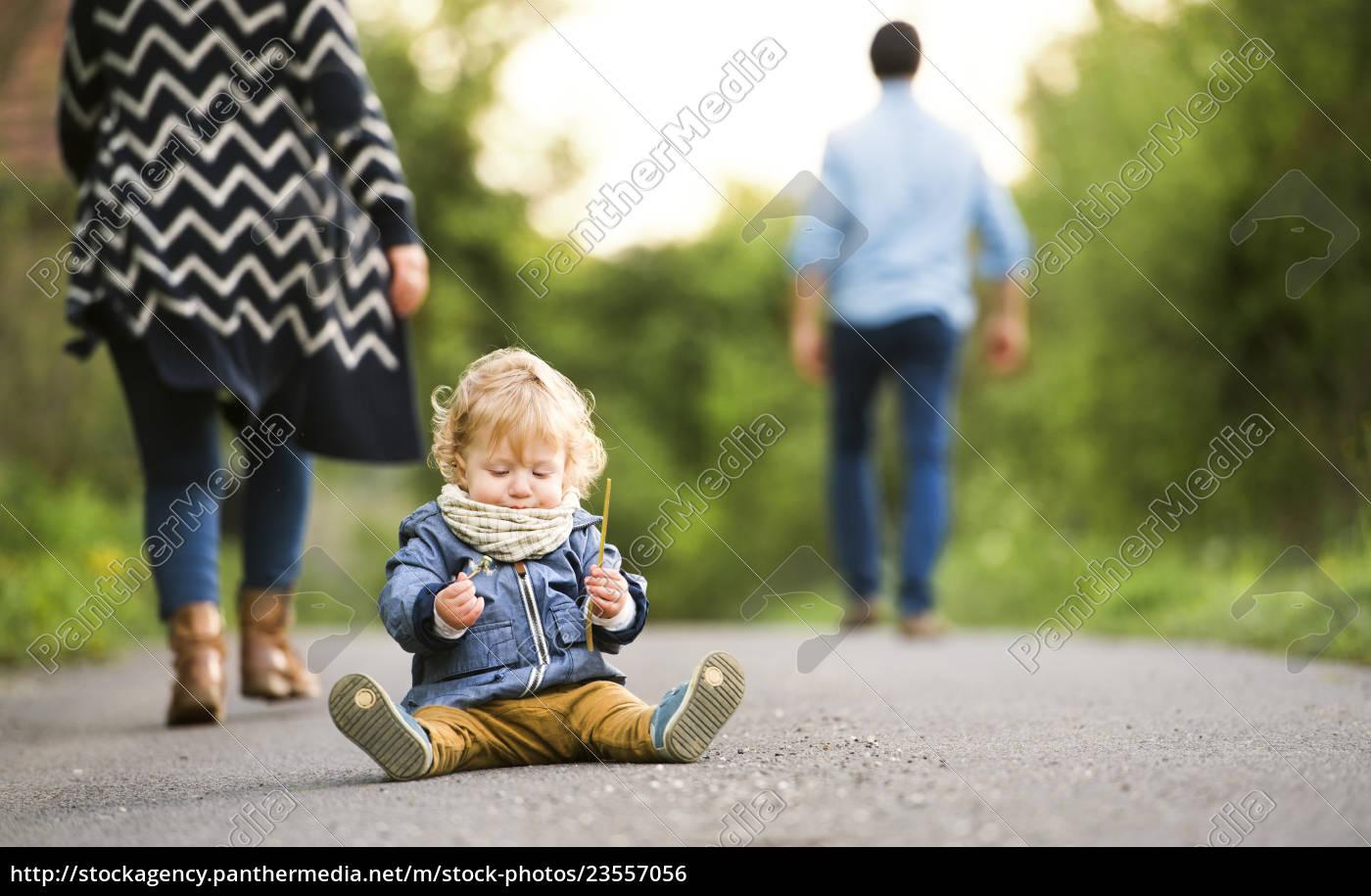 padres, dejando, a, little, boy, en - 23557056
