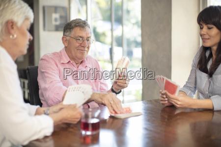 pareja mayor jugando a las cartas