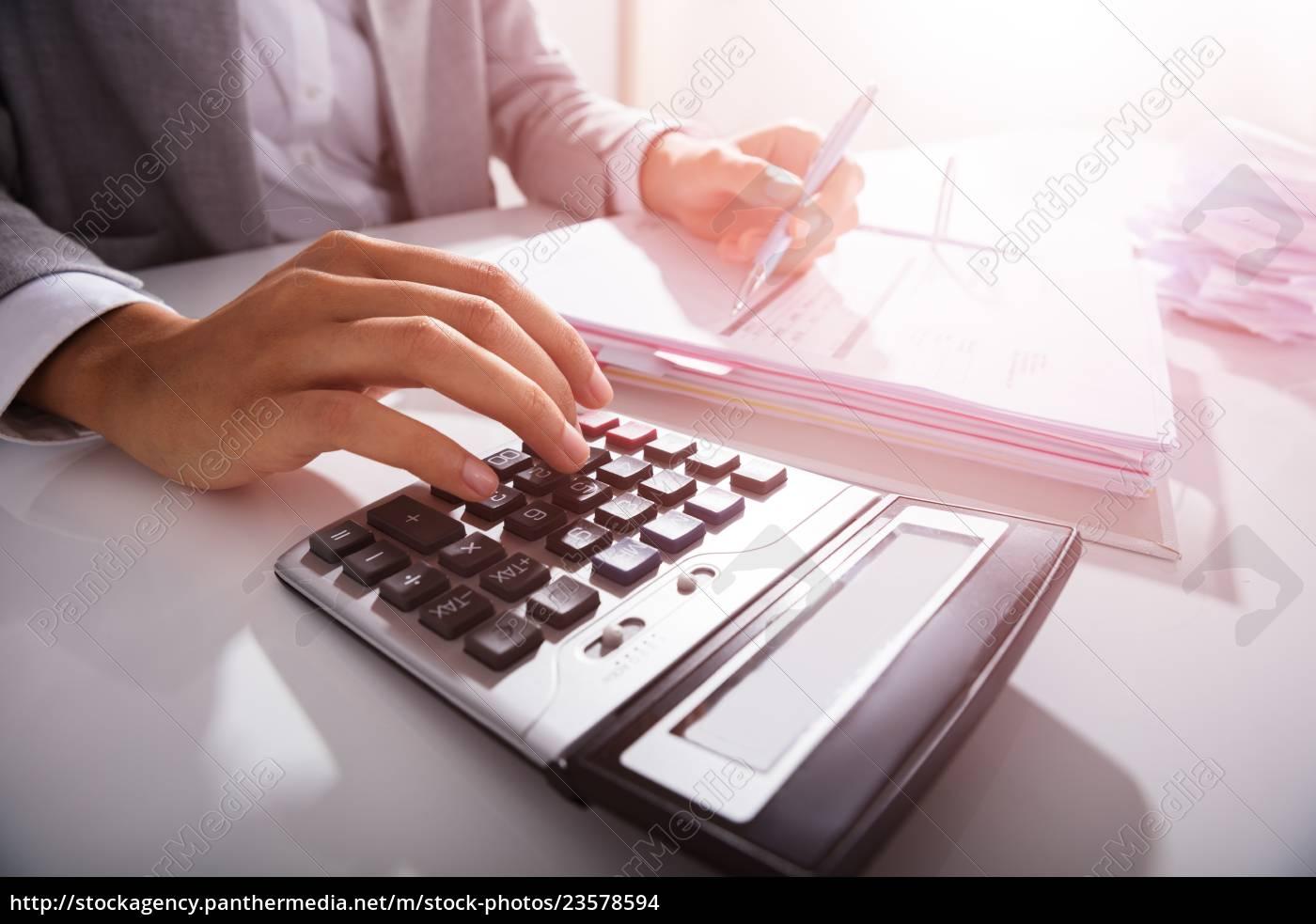 empresario, calculando, facturas, en, la, oficina - 23578594