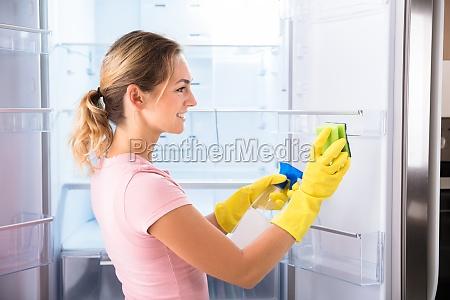 mujer con guantes de limpieza de