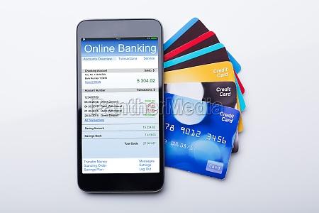 movil con la aplicacion de banca