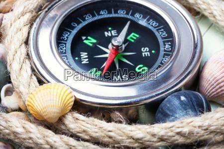 brujula marina y conchas marinas