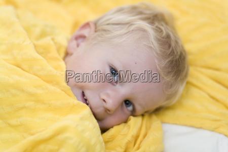 personas gente hombre risilla sonrisas cama