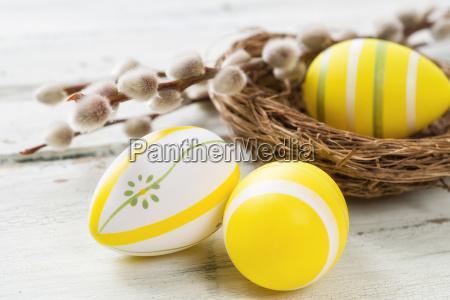 huevos amarillos de pascua con gatitos