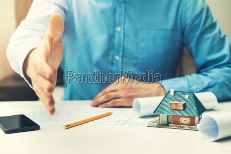 arquitecto agente inmobiliario que ofrece la