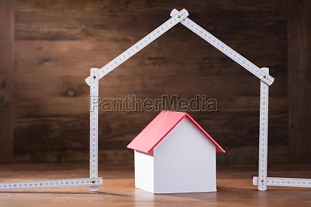 modelo de casa bajo la casa
