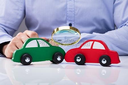 mirando el coche rojo y verde
