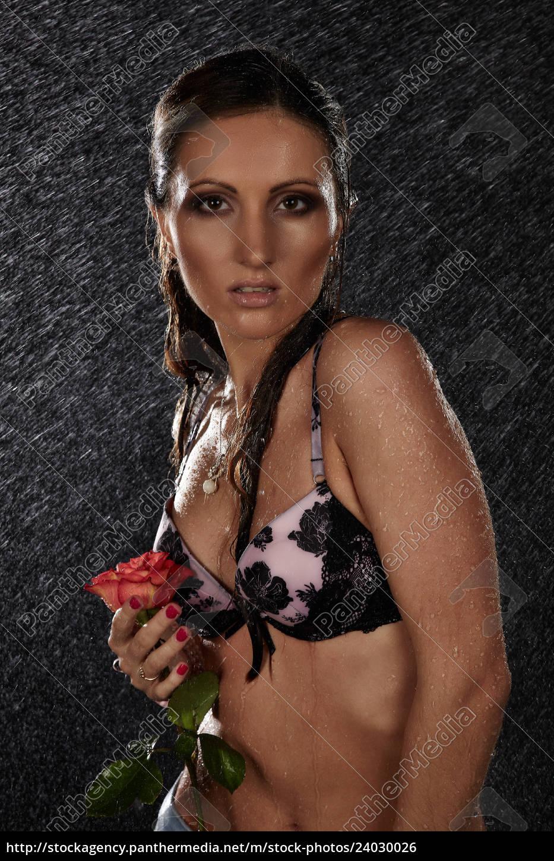 joven, con, rosa, bajo, la, lluvia. - 24030026