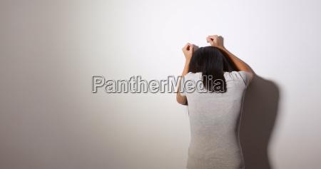 la mujer se siente molesta y