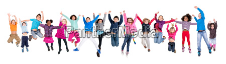 kinder springen isoliert