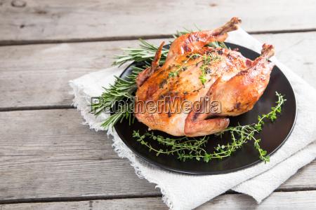 frito pollo entero con hierbas sobre