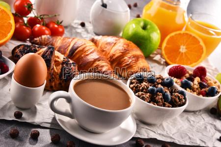el desayuno se sirve con cafe