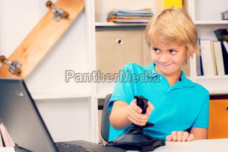 boy esta jugando juego de ordenador