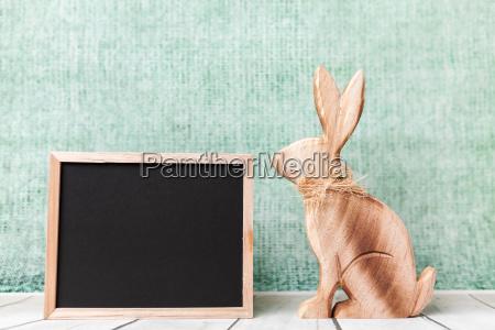 conejo de pascua de madera y